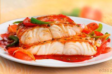Белая рыба под соусом и овощами