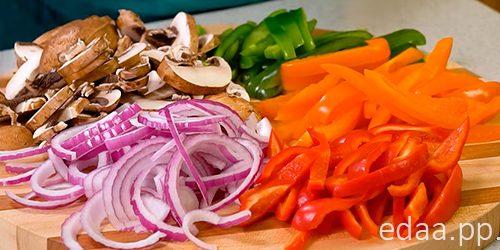 Паста с курицей и овощами в сливочном соусе